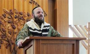 Field Chaplain speaks with Soldiers